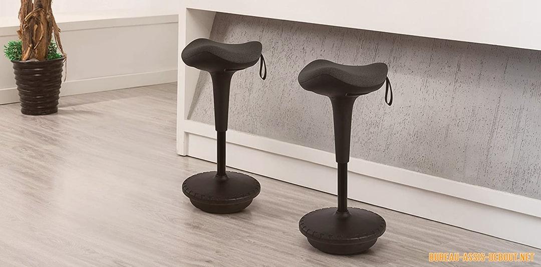 chaise et tabouret assis-debout